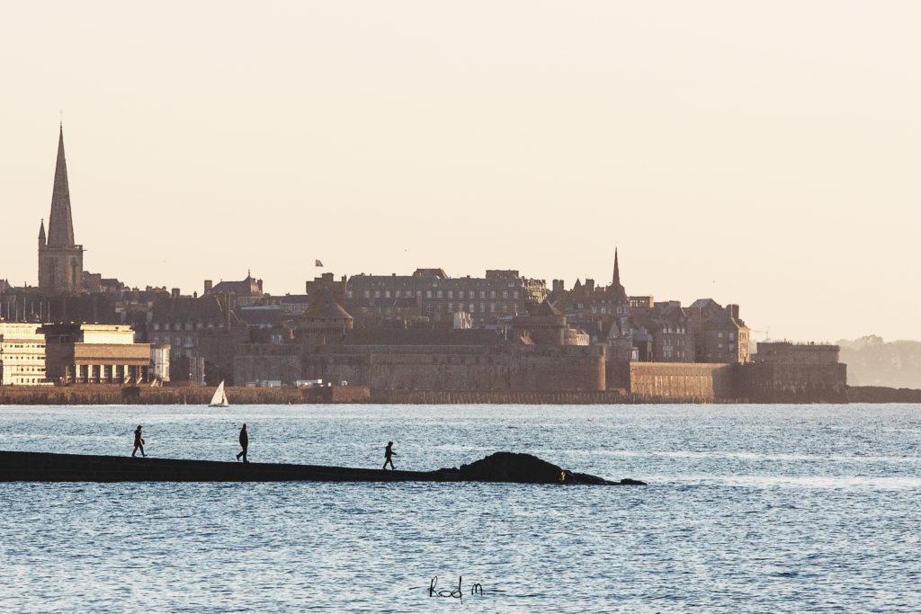 Photo bord de mer : Walk On The Water, Saint Malo -  2014 | ©Rod Maurice